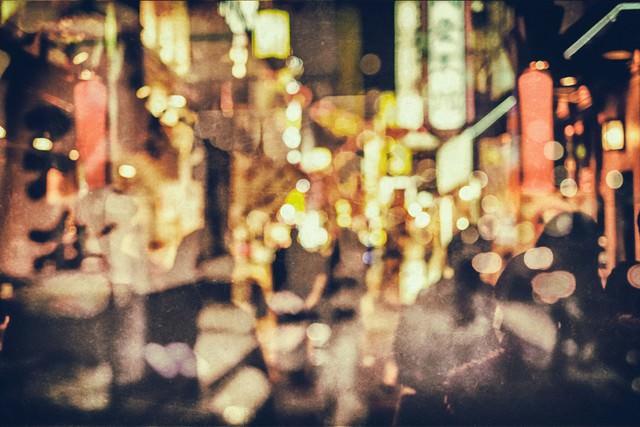 繁華街と人影(光とボケ)の写真