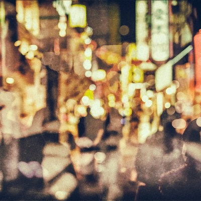 「繁華街と人影(光とボケ)」の写真素材