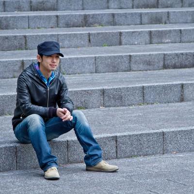 「階段に座り込む男性」の写真素材