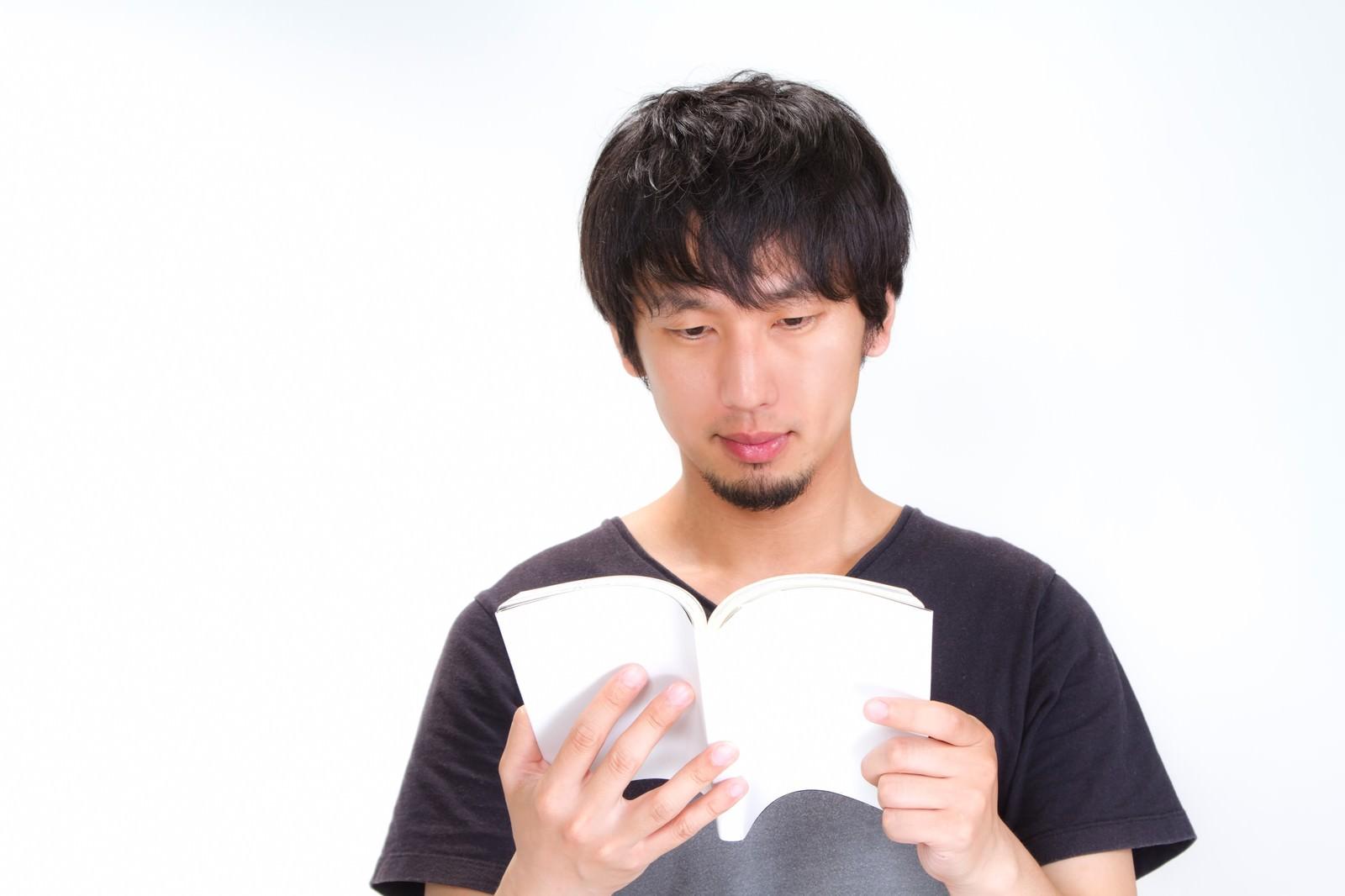 「本を読む男性」の写真[モデル:大川竜弥]