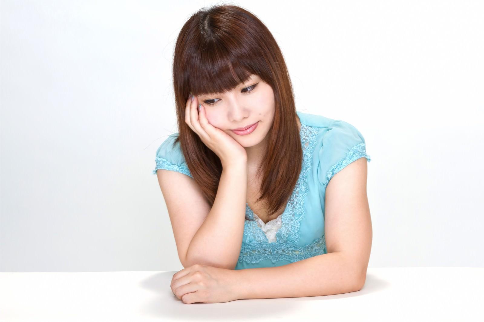 「肘をつき悩む女性肘をつき悩む女性」[モデル:Lala]のフリー写真素材を拡大