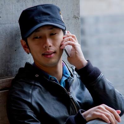 「不安そうに電話する男性」の写真素材