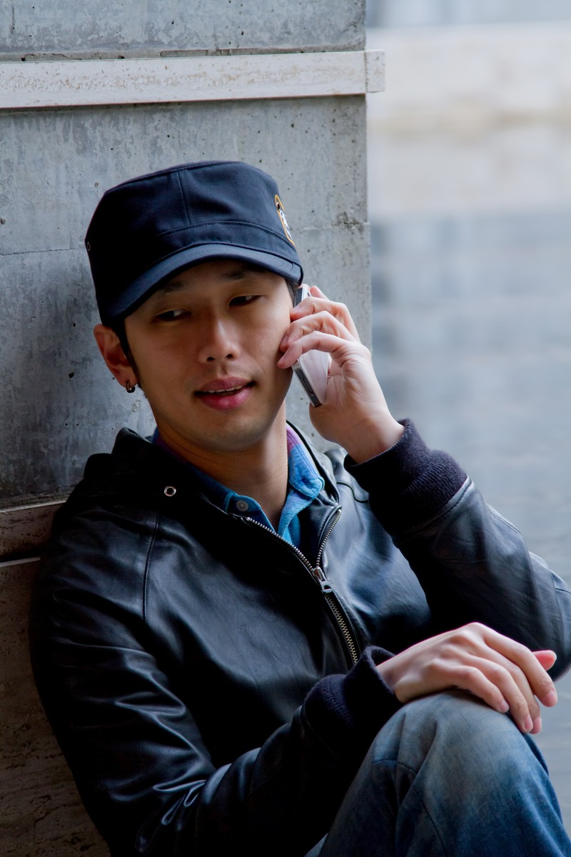 「不安そうに電話する男性」の写真[モデル:大川竜弥]