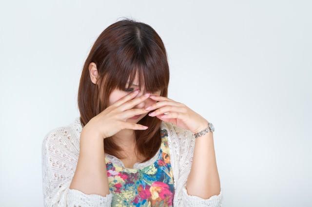 悲しくて泣き出す女性の写真