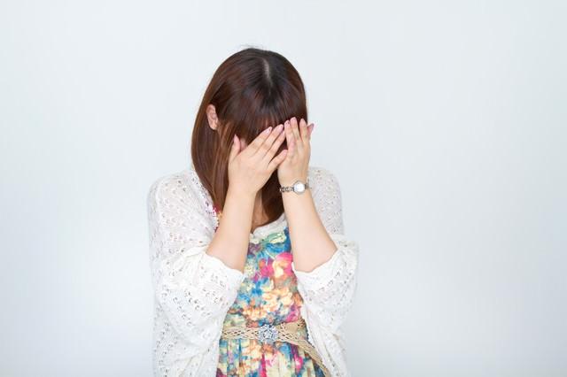 顔を覆い泣き出す女性