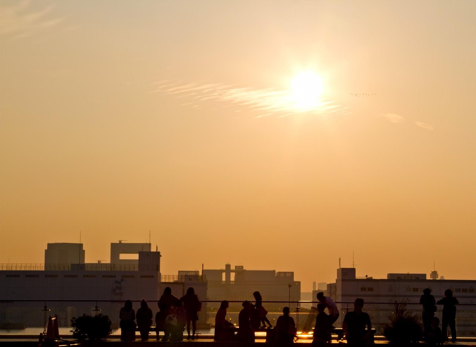 「夕焼けと人々のシルエット」の写真