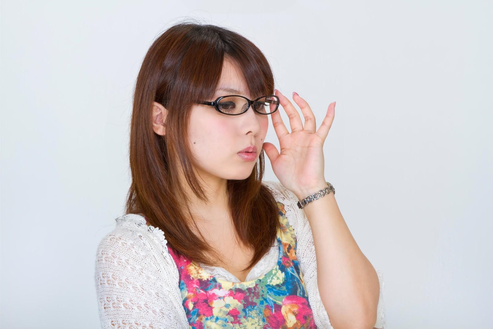 「メガネを直す女性」の写真[モデル:Lala]