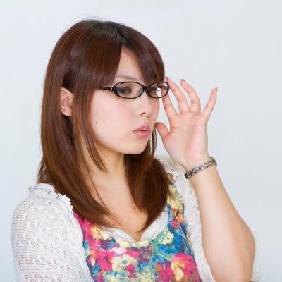 「メガネを直す女性」の写真素材