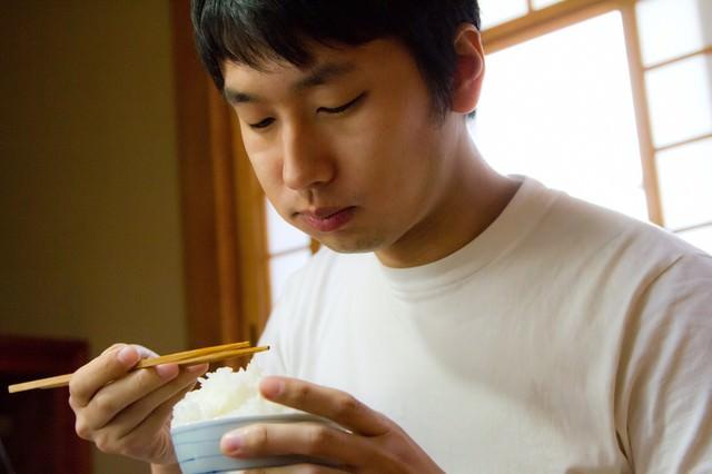 ご飯をウマウマする男性の写真