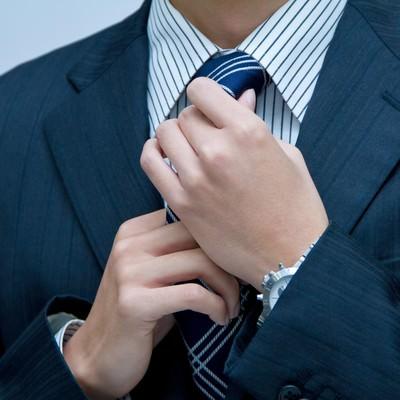 「ネクタイを直すサラリーマン」の写真素材