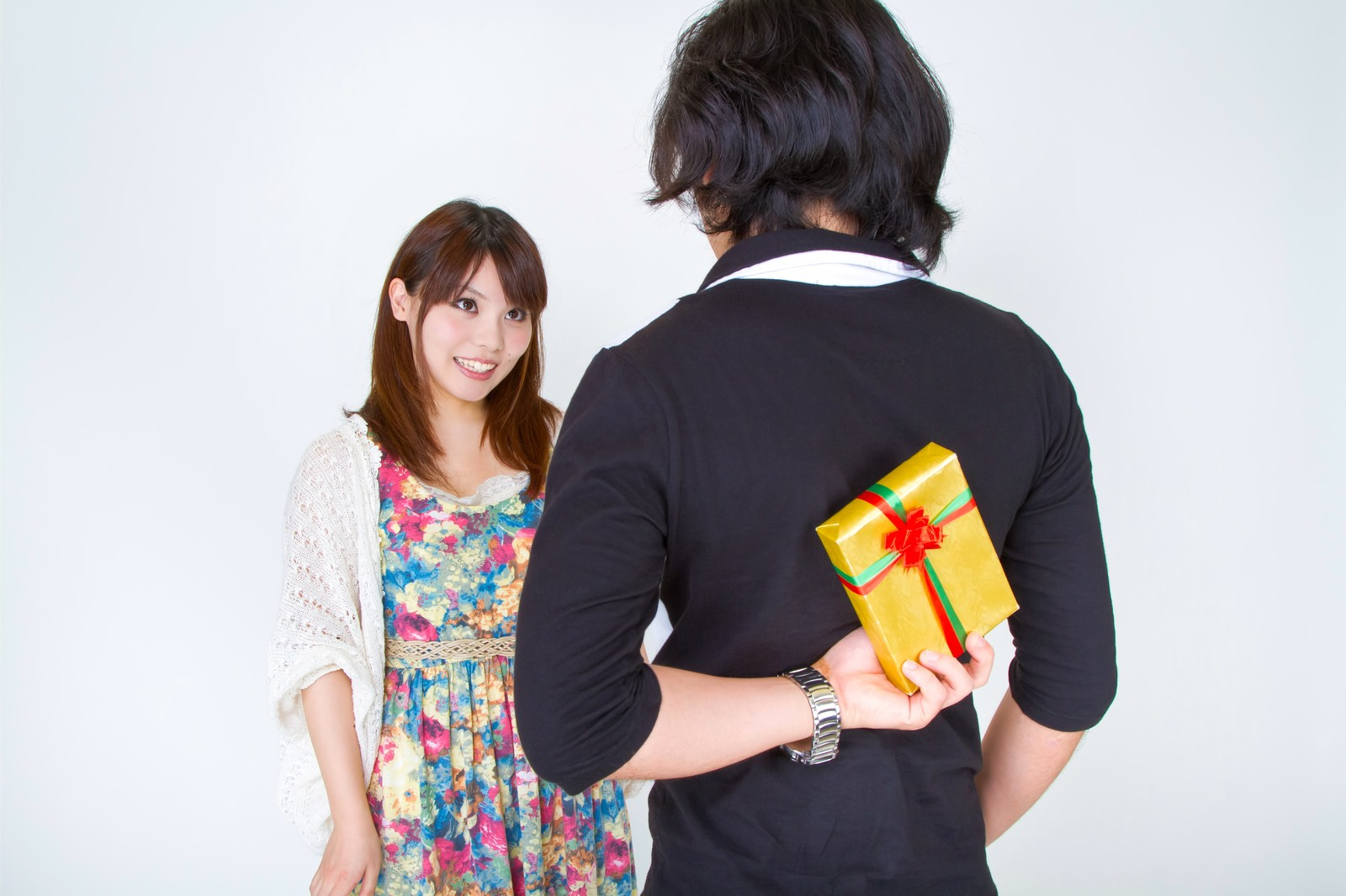 「プレゼントを用意する男性プレゼントを用意する男性」[モデル:マイケルリュー Lala]のフリー写真素材を拡大
