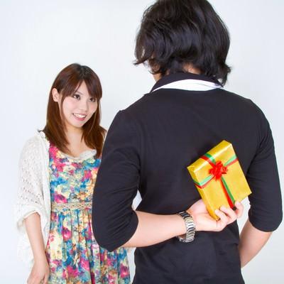 「プレゼントを用意する男性」の写真素材