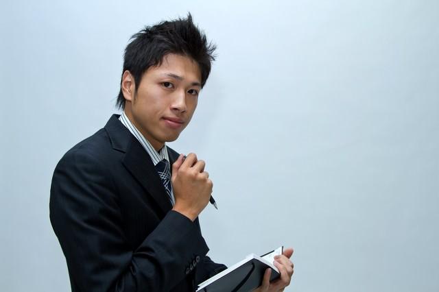 スケジュール調整中のビジネスマンの写真