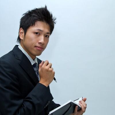 「スケジュール調整中のビジネスマン」の写真素材