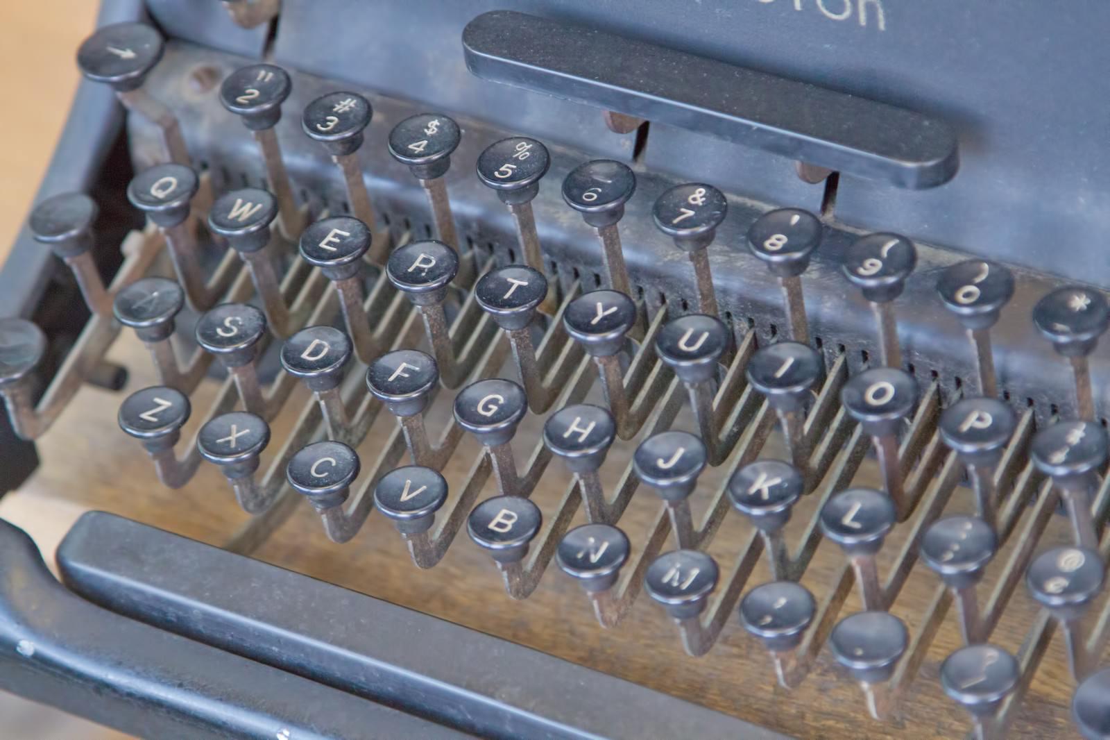 「使い古されたタイプライター」の写真