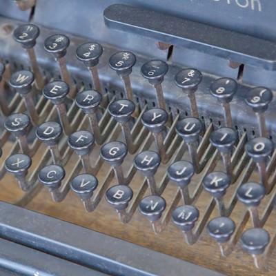 「使い古されたタイプライター」の写真素材