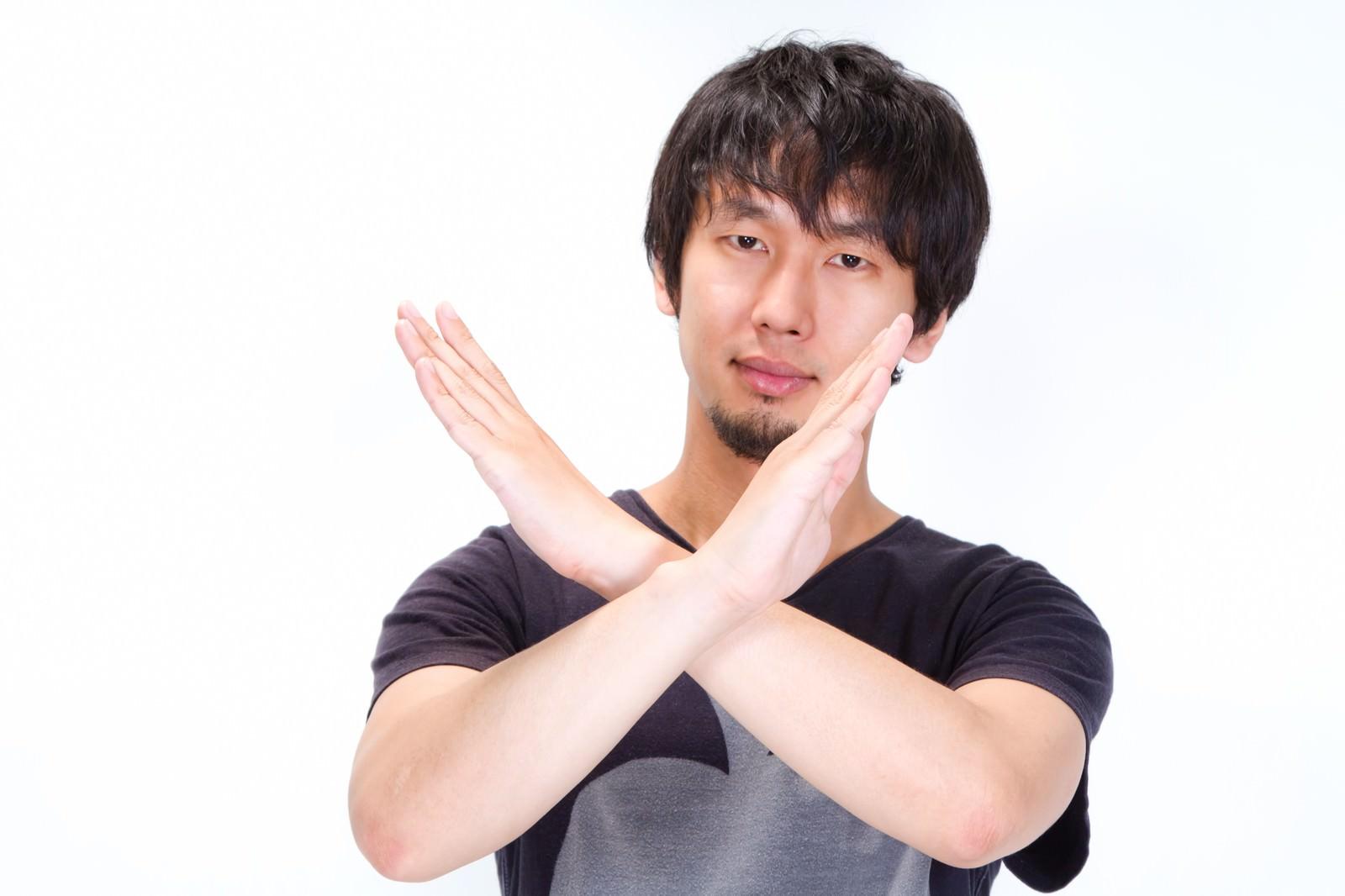 「✖(バツ)マークをする男性✖(バツ)マークをする男性」[モデル:大川竜弥]のフリー写真素材を拡大