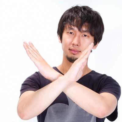 「✖(バツ)マークをする男性」の写真素材