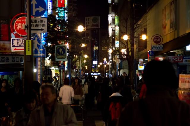夜の横浜の繁華街の写真