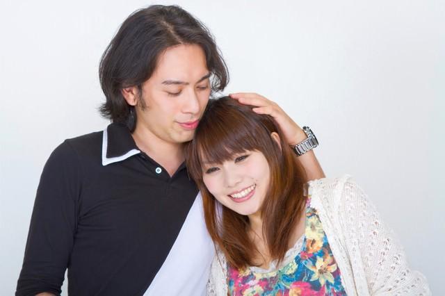 寄り添い微笑むカップルの写真