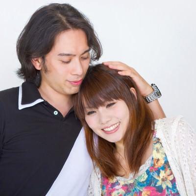 「寄り添い微笑むカップル」の写真素材