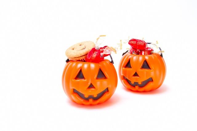 飴が入った二つのかぼちゃの写真