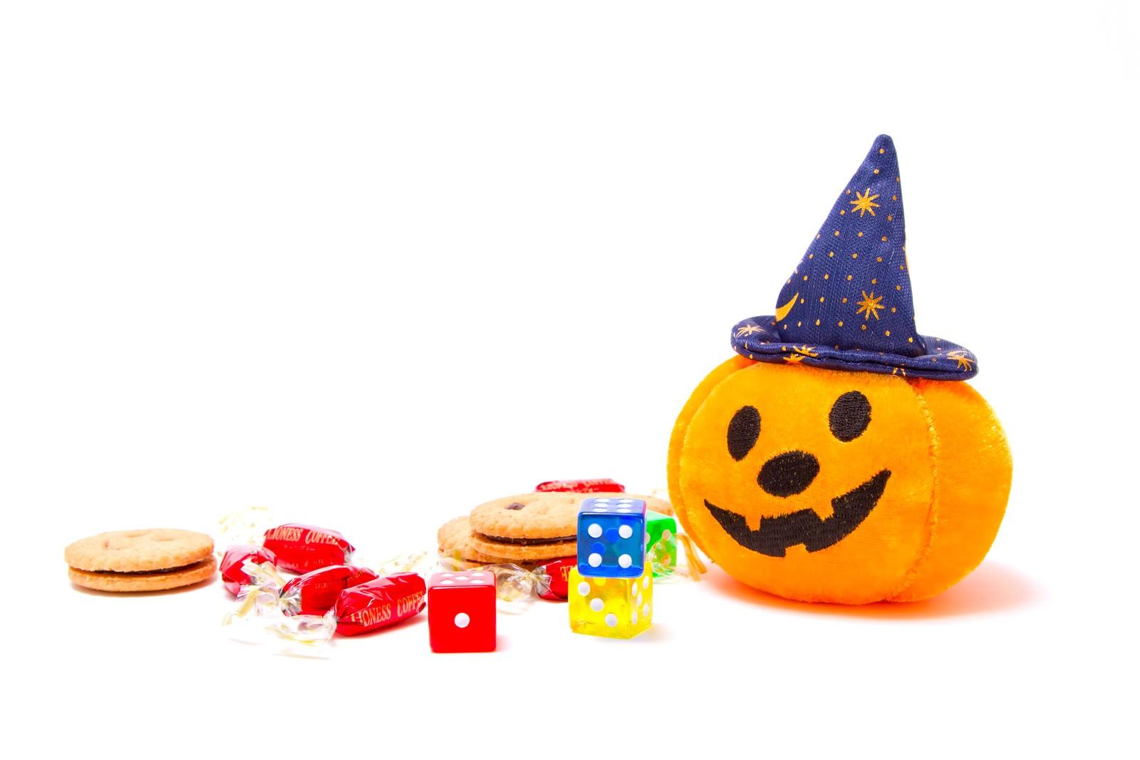 「ゆる顔のハロウィンかぼちゃとお菓子」の写真
