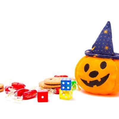 ゆる顔のハロウィンかぼちゃとお菓子の写真