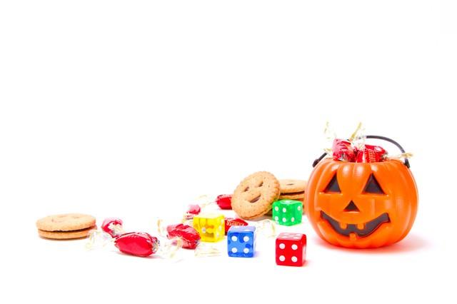散らばるお菓子とハロウィンのかぼちゃの写真