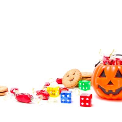 「散らばるお菓子とハロウィンのかぼちゃ」の写真素材
