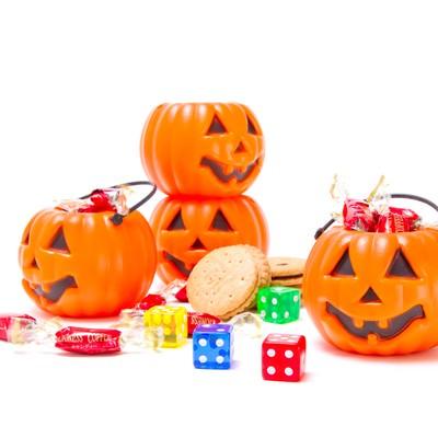 ハロウィン用のカボチャとお菓子の写真
