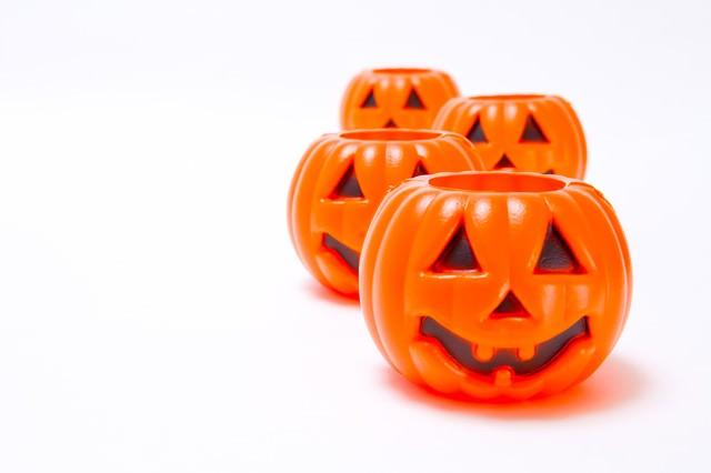 交互に列をなすハロウィンかぼちゃの写真