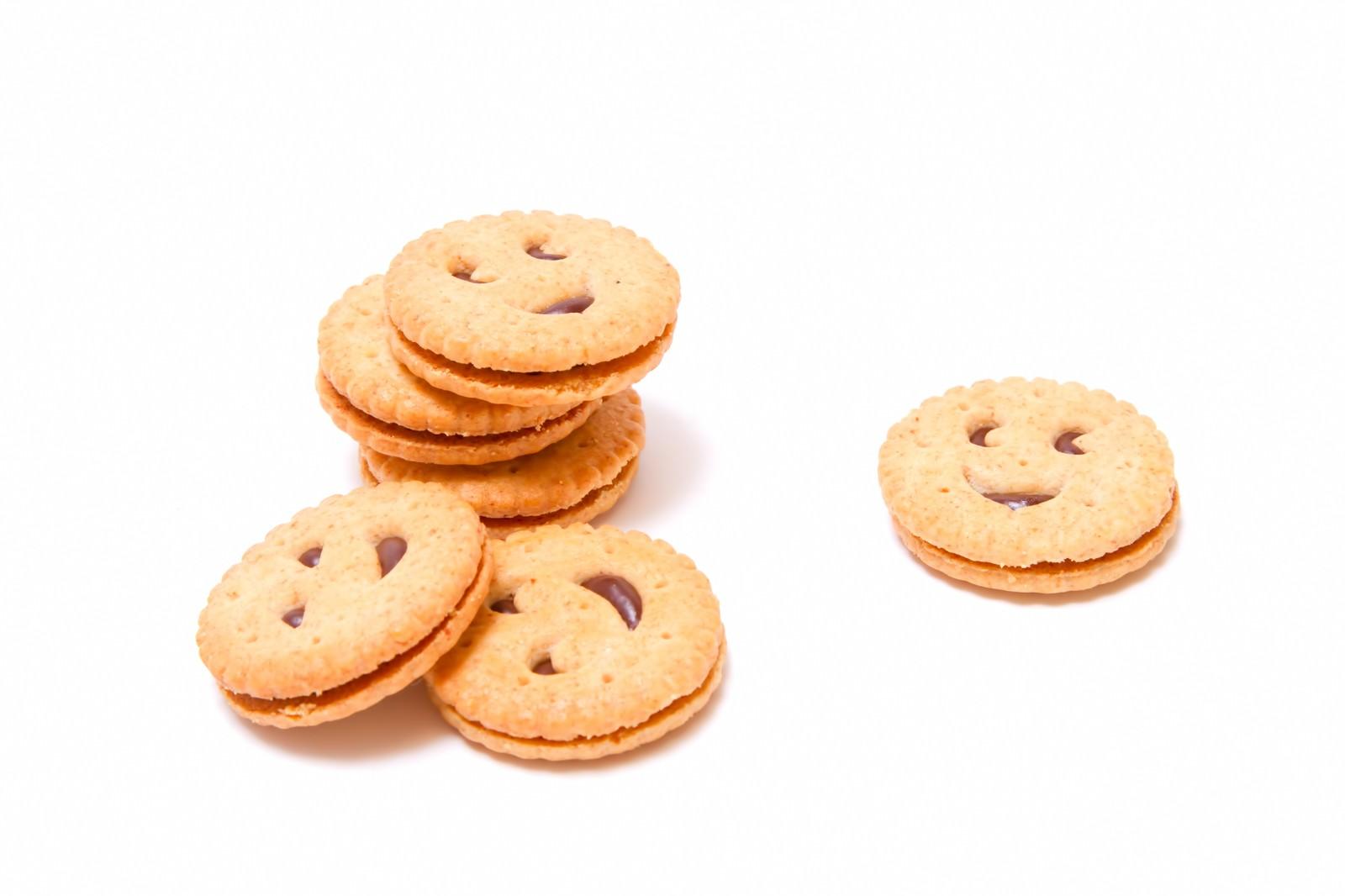 「顔が書かれたクッキー」の写真