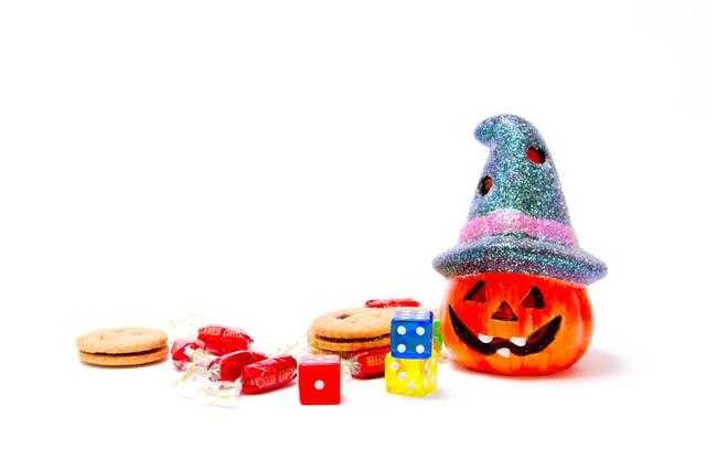 かぼちゃのランタンとお菓子の写真