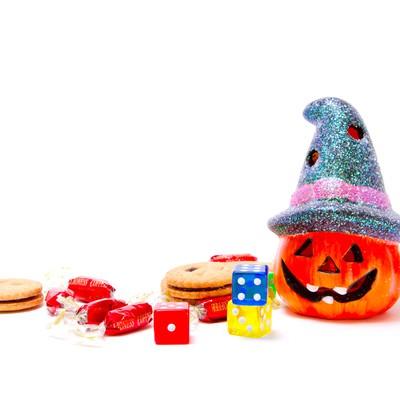 「かぼちゃのランタンとお菓子」の写真素材