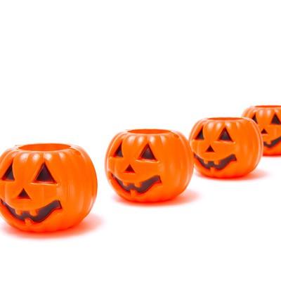 「列をなすハロウィンかぼちゃ」の写真素材
