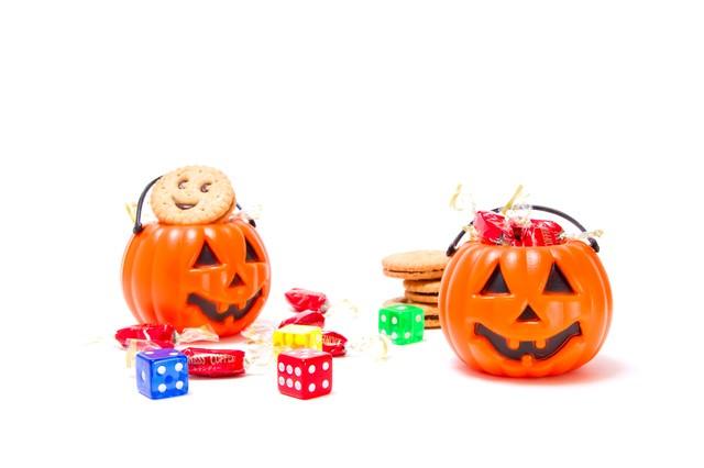 サイコロと飴が入ったかぼちゃの写真