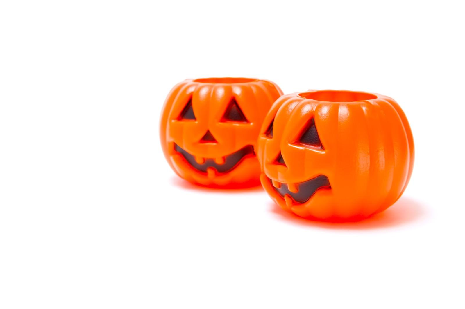 「ハロウィン用の薄らわらいのおばけかぼちゃ」の写真