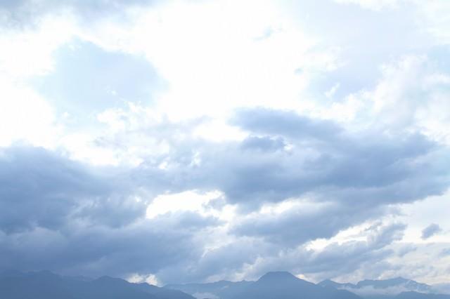 アルプスの山々と雲の写真