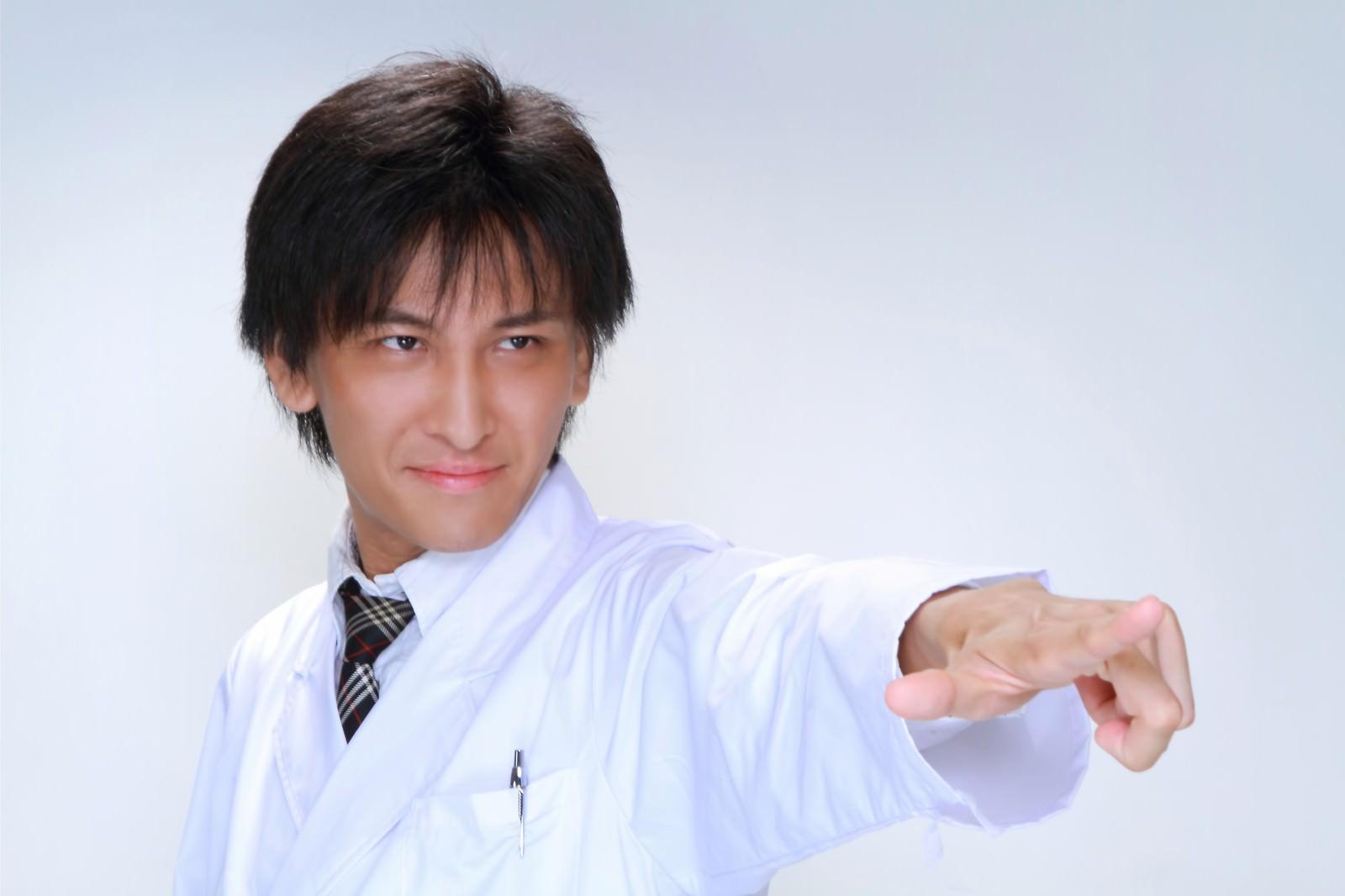 「医療の現場にメスを!と指をさす男性」の写真[モデル:ACE]