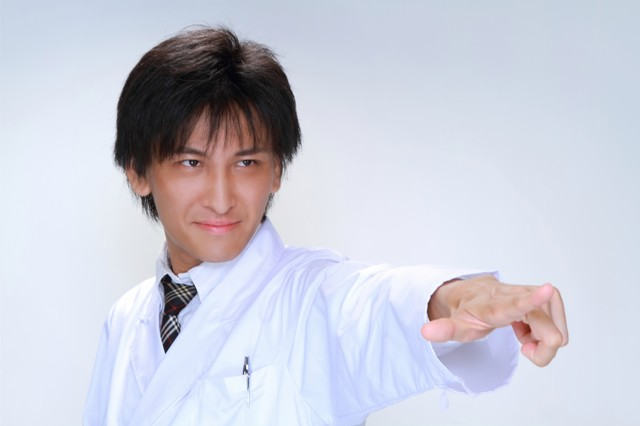 医療の現場にメスを!と指をさす男性の写真