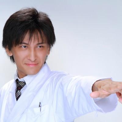 「医療の現場にメスを!と指をさす男性」の写真素材