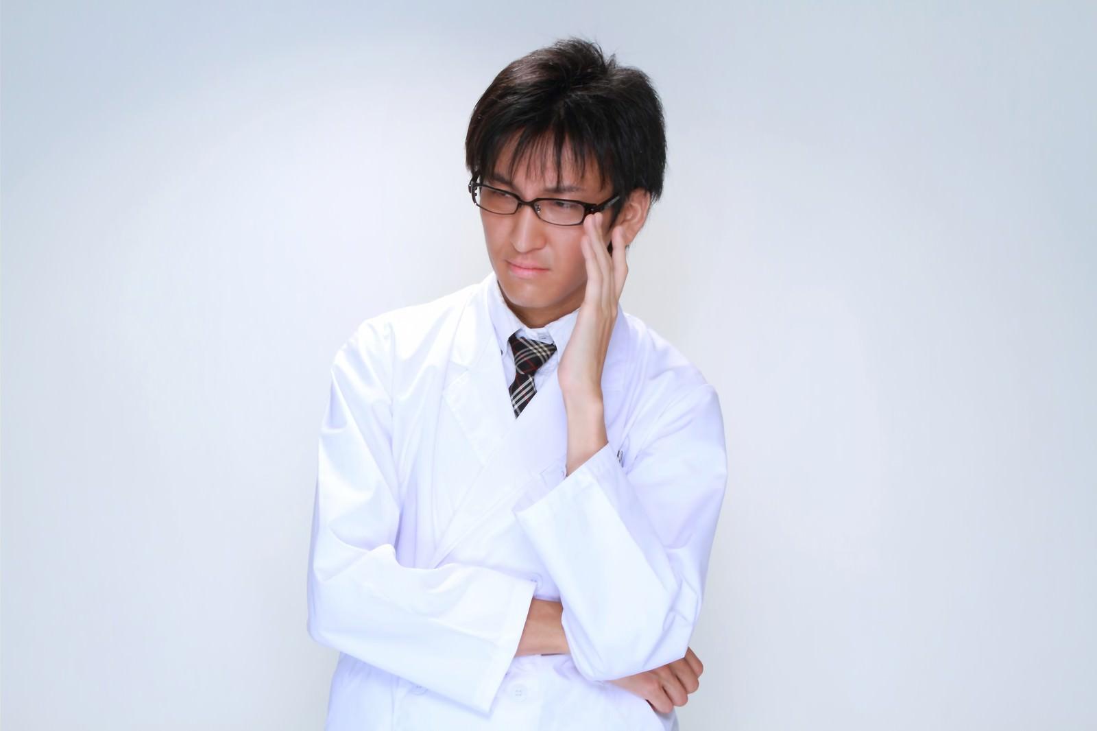 「メガネを直す白衣の男性」の写真[モデル:ACE]