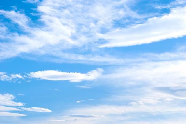 夏の青空と雲の写真