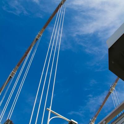 「青空と陸橋下」の写真素材