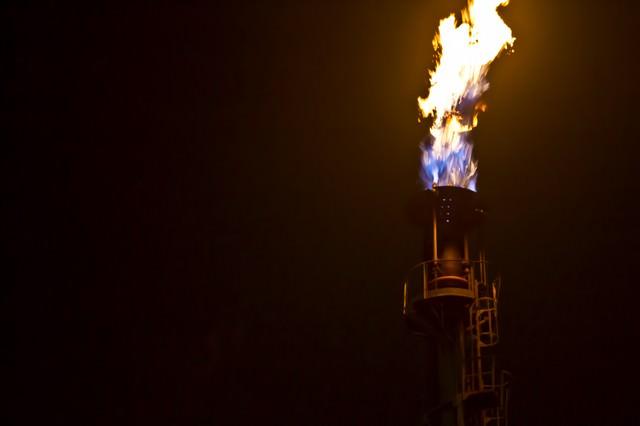 煙突から燃え上がる炎の写真