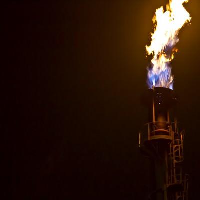 「煙突から燃え上がる炎」の写真素材