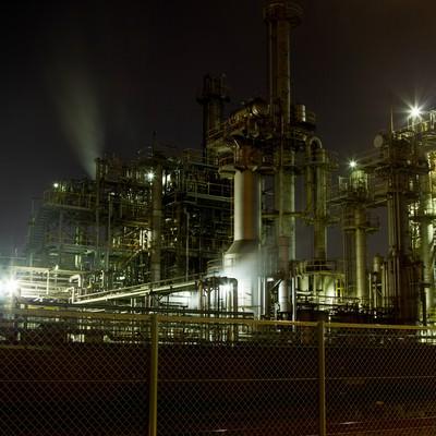 「フェンスとライトアップされる工場」の写真素材