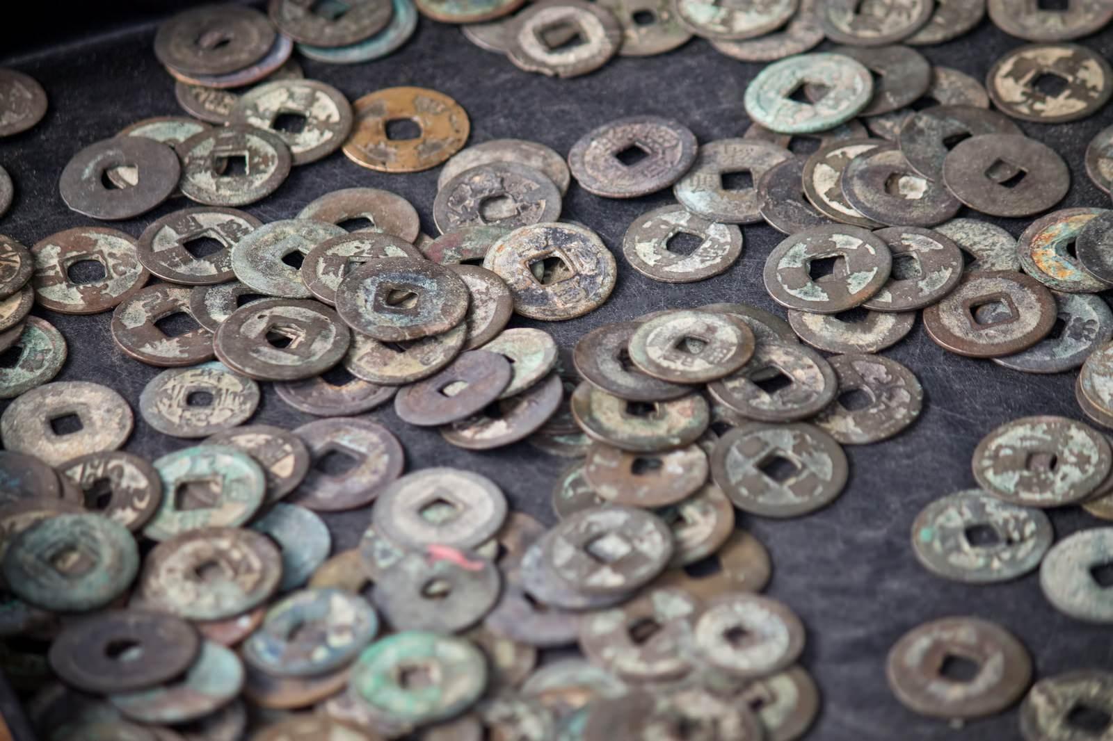 「散らばった古銭」の写真
