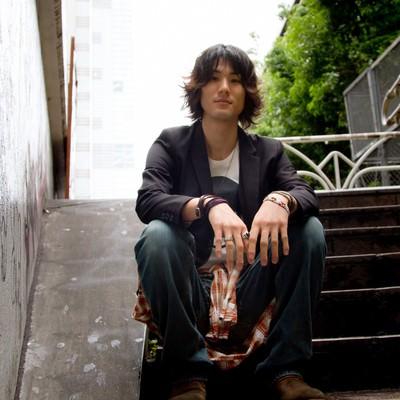「階段に座り見下ろす男性」の写真素材